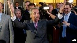 英国脱欧公投结束后,独立党领袖、脱欧派领导人法拉吉庆祝胜利。