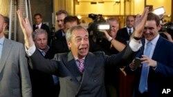 Kiongozi wa kampeni ya kujitoa Nigel Farage akishangilia kujitoa.