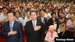 27일 오전 서울 종로구 연지동 한국교회100주년기념관에서 6·25전쟁납북인사가족협의회가 개최한 '제5회 6·25 납북 희생자 기억의 날' 행사에서 참석자들이 국기에 대한 경례를 하고 있다.