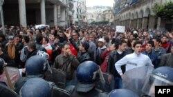 Người biểu tình thách thức sự hiện diện của hàng ngàn cảnh sát chống bạo loạn để đòi Tổng thống Abdelaziz Bouteflika từ chức
