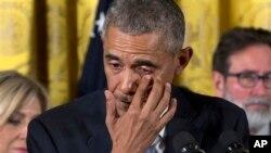 바락 오바마 미국 대통령이 5일 백악관에서 총기 사고 희생자 가족과 생존자들이 옆에서 지켜보는 가운데 총기 규제 행정명령을 발표하며 눈물을 흘리고 있다.
