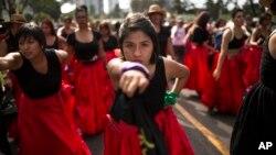Des femmes interprétant la chanson chilienne contre la violence sexiste, «Un violeur sur votre chemin», à l'occasion de la Journée mondiale des droits de la femme, à Lima, au Pérou, le 8 mars 2020. (AP)
