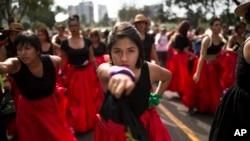Женщины Перу отмечают Международный женский день исполнением песен протеста