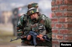 Tentara India bersiap di dekat lokasi baku tembak di pinggiran Srinagar, 22 Februari 2016.