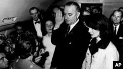 林登.约翰逊在肯尼迪被刺几个小时后宣誓就任总统,宣誓时肯尼迪夫人就在他身边