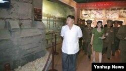 북한 조선중앙통신은 김정은 북한 국방위원회 제1위원장이 신천박물관을 찾았다고 23일 보도했다. 신천박물관은 한국전쟁 시기 황해남도 신천 지역에 주둔한 미군의 만행을 입증하는 사료를 전시한 곳이다.
