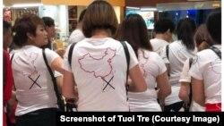 """Tuổi Trẻ gạch chéo phần hình ảnh đường """"lười bò"""" 9 đoạn in trên áo của nhóm khách du lịch Trung Quốc tại sân bay Cam Ranh, Khánh Hòa, trong tấm ảnh lan truyền trên mạng Facebook."""