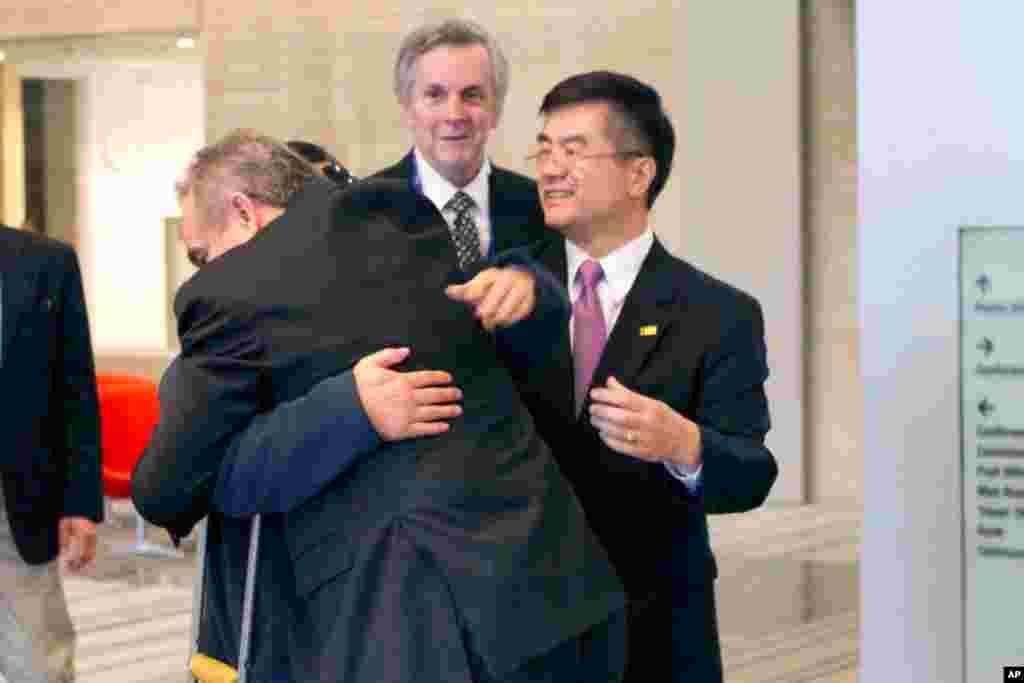 5月1号美国负责东亚和太平洋地区事务的助理国务卿科特.坎贝尔在美国驻北京大使馆中和陈光诚拥抱