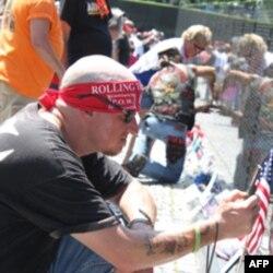 滚雷老兵在越战纪念墙前寻找死去战友的名字