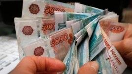 Giá đồng rúp Nga giảm khoảng một nửa so với các đồng tiền Tây phương làm dân Nga hoang mang.