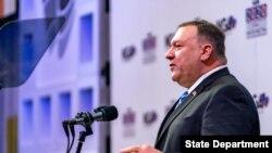 国务卿蓬佩奥在华盛顿特区举行的全国州长协会会议上发表讲话。