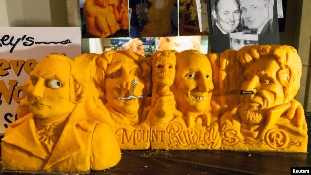 Museum Ripley's Believe It ot Not! di Times Square, New York menampilkan miniatur Monumen Nasional Mount Rushmore untuk memeriahkan perayaan Hari Presiden yang jatuh pada hari ini, Senin 18 Februari 2013. Seniman Sarah Kaufmann menggunakan sekitar 72,5 kilogran keju cheddar dan mengukirnya dalam waktu dua hari (REUTERS/Zoran Milich).