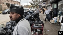 纽约布鲁克林区的人们开始清理桑迪飓风遗留下来的瓦砾和碎片