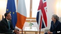 Perdana Menteri Inggris Theresa May (kanan) dan Perdana Menteri Irlandia, Leo Varadkar di Brussels, 28 Juni 2018. (Foto: dok).