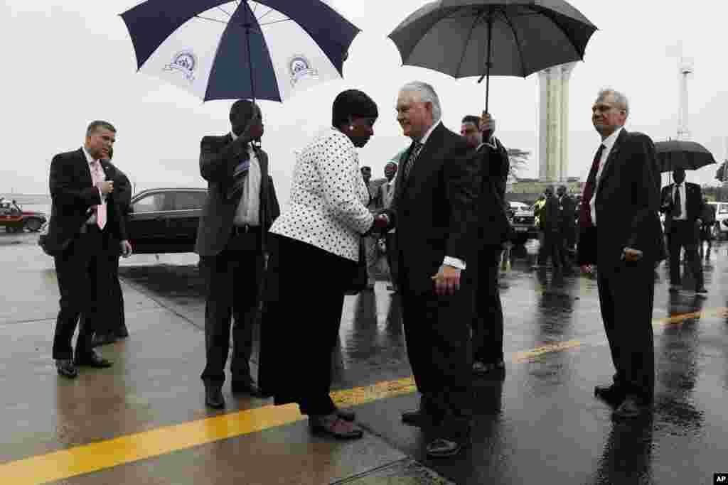 رکس تیلرسون وزیر خارجه آمریکا در ادامه سفر به آفریقا، توسط همتای خود در کنیا مورد استقبال قرار گرفت.