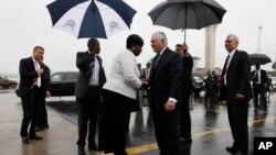La ministra de RR.EE. de Kenia, Monica Juma, despide al secretario de Estado de EE.UU., Rex Tillerson, al abordar su avión cuando parte de Nairobi, Kenia, el lunes, 12 de marzo de 2018.