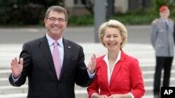 La ministra de Defensa alemana, Ursula von der Leyen, da la bienvenida a su contraparte estadounidense, Ash Carter, en Berlín, el lunes, 22 de junio de 2015.