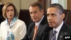 Prezident Barak Obama Vakillar Palatasi spikeri, respublikachi Jon Beyner va demokratlar yetakchisi Nensi Pelosi bilan, Oq Uy, 7 iyul 2011