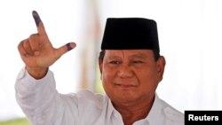 Calon presiden Prabowo Subianto menunjukkan jarinya usai melaksanakan hak pilihnya di Bogor, Jawa Barat, 17 April 2019. (Foto: Willy Kurniawan/Reuters)