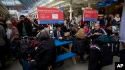 列車停駛導致倫敦火車站擠滿候車旅客