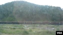 邻近中国布里亚特地区西伯利亚大铁路上运载木材的火车。 (美国之音白桦拍摄)