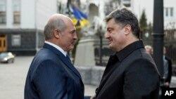 Президент Петро Порошенко вітає президента Білорусі Олександра Лукашенка під час його візиту до Києва, 21 грудня 2014 р.