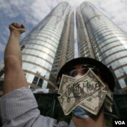 Demonstran anti Wall Street melakukan unjuk rasa di Hong Kong (15/10).
