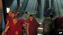 2012年2月21号,中国甘肃省的藏族僧侣在藏历新年前进行祈祷