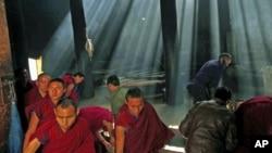 2012年2月21号,中国甘肃省的藏族僧侣在藏历新年前进行祈祷。