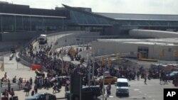 Evakuasi di bandar udara John F. Kennedy di kota New York, saat polisi menemukan tas yang menggeletak begitu saja, Juni 2016. (Foto: Dok)