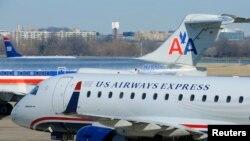 Máy bay của hãng hàng không American Airlines và US Airways tại phi trường Ronald Reagan ở Virginia.