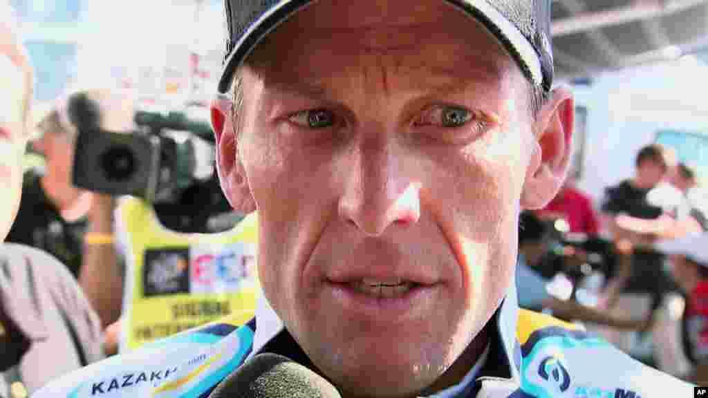 لانس آرمسترانگ، دوچرخه سوار سرشناس، در مستندی به نام «دروغ آرمسترانگ». او از کارمندان سازمان خیریه ای تاسیس کرده بود عذرخواهی کرد و در مصاحبه به اپرا وینفری، در ۱۴ ژانویه به خاطر دوپینگ معذرت خواهی کرد.