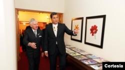 El presidente de Ecuador, Rafael Correa es recibido por el empresario estadounidense David Murdock durante su visita a Carolina del Norte.