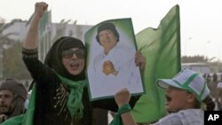 利比亞一名婦女在卡扎菲居住的院落旁邊高喊﹐這裡是北約戰機空襲的目標