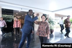 Menteri Luar Negeri Indonesia Retno Marsudi ketika bertemu sejumlah pejabat. (Foto: Courtesy/Kemenlu RI)