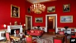 """Za vreme boravka predsednika Trampa i prve dame Melanije """"osvežena"""" je boja tapeta u Crvenoj sobi Bele kuće u Vašingtonu, koja je izbledela od sunčeve svetlosti."""
