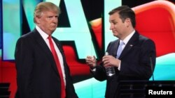 Kandidat Capres AS Donald Trump (kiri) berbicara dengan saingannya, Ted Cruz pada acara debat partai Republik di Miami, Florida, 10 Maret lalu (foto: dok).