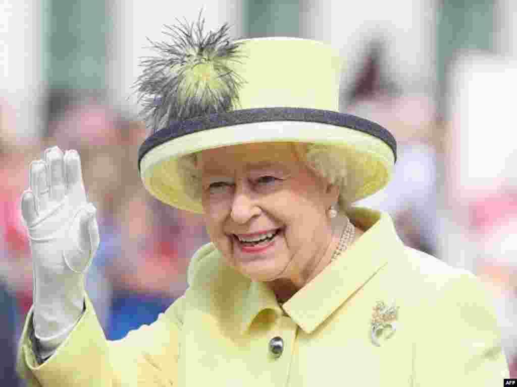 ملکہ الزبتھ نے اسکاٹ لینڈ کی سرحد پر ریلوے لائن کے افتتاح کے موقع پر ایک مختصر خطاب میں کہا کہ 'یہ وہ اعزاز ہے جس کی انھوں نے کبھی تمنا نہیں کی تھی'۔