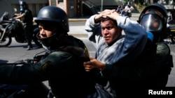 Un capturado durante una protesta contra el gobierno de Nicolás Maduro.