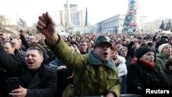 Dân chúng hoan hô khi nghe các nhà lãnh đạo đối lập ký thỏa thuân với Tổng thống Yanukovich qua trung gian điều giải của EU, 21/2/14