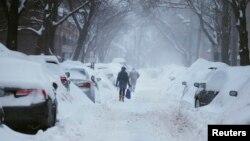 Trong ba tuần bắt đầu từ ngày 25 tháng Giêng, thành phố Boston đã phải chịu đựng một loạt các trận bão giáng xuống tổng cộng 217cm tuyết xuống thành phố này.