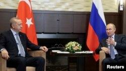 22일 레제프 타이이프 에르도안 터키 대통령(왼쪽)과 블라디미르 푸틴 대통령이 러시아 소이에서 만나 정상회담을 하고 있다.