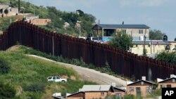 Xe của Biên phòng Mỹ tuần tra dọc theo hàng rào ở Nogales, Arizona