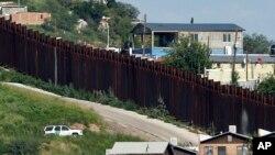 José Antonio Elena Rodríguez, de 16 años, se encontraba en Nogales, Sonora, junto a la alta reja de acero que separa EE.UU. de México cuando un agente de la Patrulla Fronteriza le disparó desde Nogales, Arizona, el 10 de octubre de 2012.