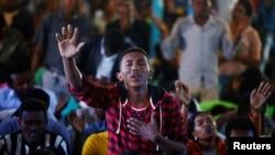 Un homme assiste à une séance de prière à l'Église luthérienne Biftu Bole au cours d'une cérémonie de prière en mémoire des manifestants morts dans la ville de Bishoftu, lors du festival d'action d'actions de grâces du peuple Oromo, à Addis-Abeba, en Ethiopie, 1er octobre 2016.