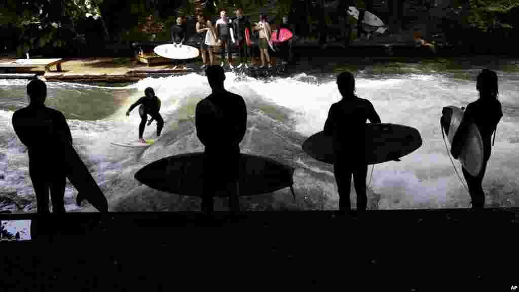 موج سواری بر رویموج مصنوعی در پارکی در مونیخ آلمان.
