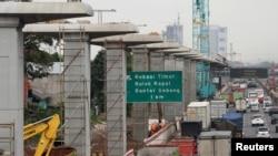 Pembangunan konstruksi untuk Light Rail Transit (LRT) terlihat di sepanjang jalan toll Jakarta-Cikampek, Bekasi, Jawa Barat (foto: ilustrasi).