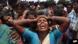 24일 인도 탈랑가나 주 메닥에서 학교 통학버스가 기차와 충돌해 최소 12명의 학생들이 사망했다. 희생자 유가족들이 오열하고 있다.