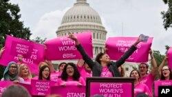 Mujeres en una manifiestación el año pasado frente al Capitolio para oponerse a toda ley que limite los abortos legales en el país.