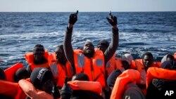 جمعہ کو سمندر سے بچائے گئے افراد کو منتقل کیا جا رہا ہے۔